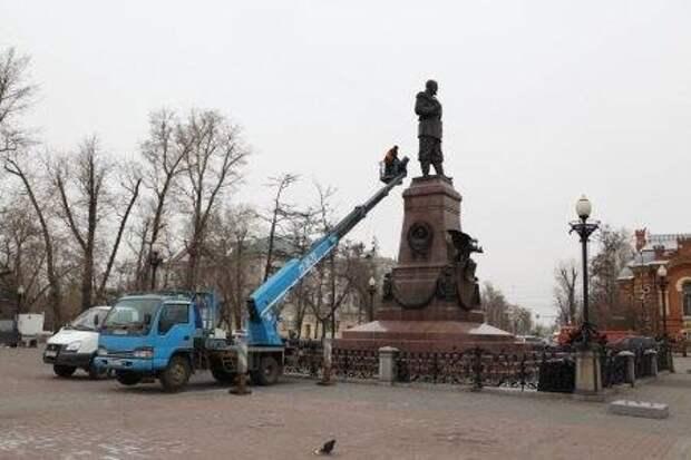 В Иркутске ведутся работы по помывке памятников