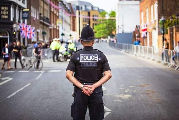 _полиция_британии-1024x684 Британская полиция тестирует летающие реактивные ранцы (видео)