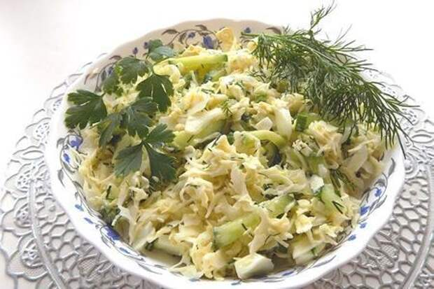 Фото к рецепту: Овощной салат из свежей капусты с огурцом и яйцами
