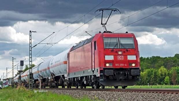 Фура протаранила железнодорожный пост на Урале