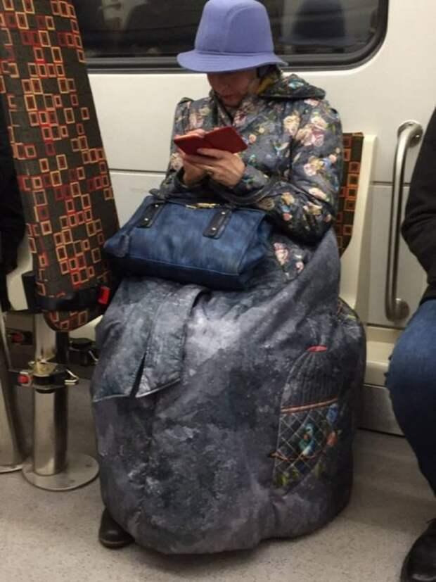 Метро ─ это всегда странные и неожиданные пассажиры (24 фото)