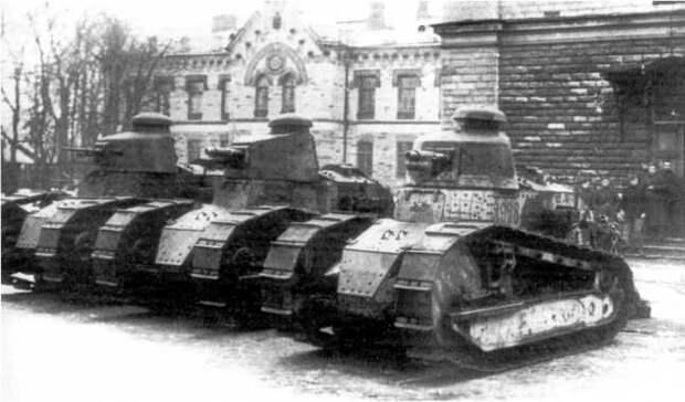 Три танка «Рено» FT (два пушечных и пулеметный), отправленные финнами на помощь Северо-Западной армии. Ревель, октябрь 1919 года. После боев машины вернули Финляндии