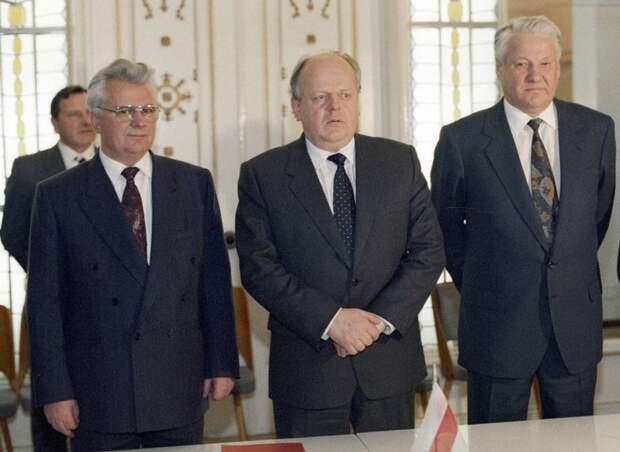 Леонид Кравчук, Станислав Шушкевич и Борис Ельцин (слева направо) после подписания Соглашения о создании СНГ. Беловежская пуща, Вискули, Белоруссия. 8 декабря 1991 года.
