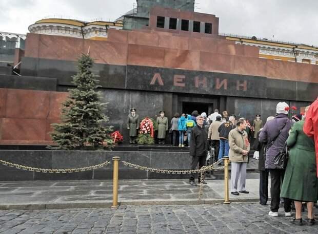 Мавзолей является историческим памятником, куда съезжаются туристы из многих стран / Фото: yandex.ua