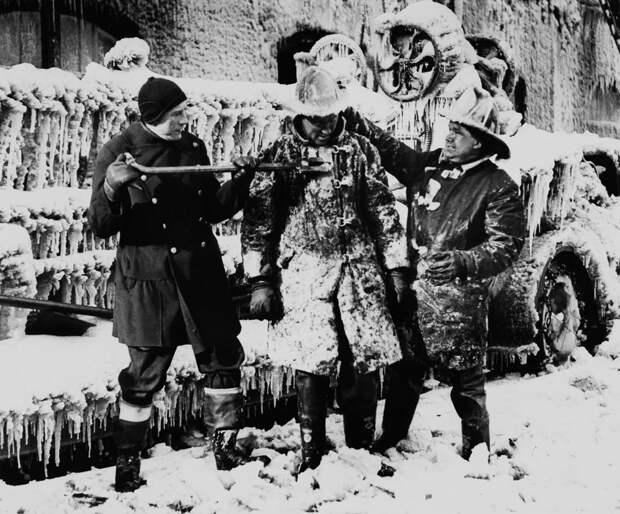 Когда в огне очень холодно: 10 винтажных фото обледеневших пожарных