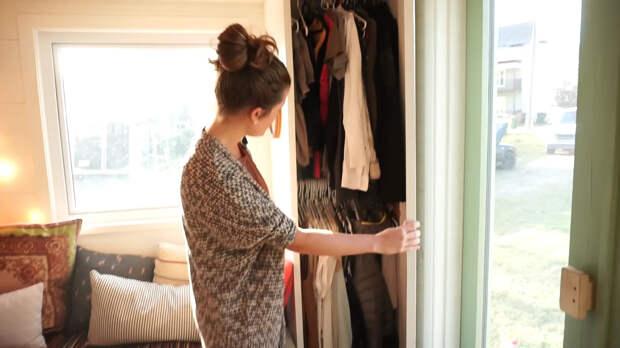 шкаф для одежды в крошечном доме