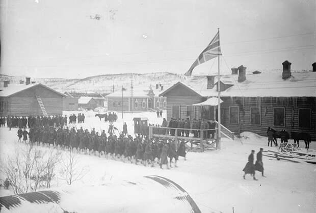 Командование Северной армии России в присутствии союзников из стран Антанты совершает торжественный молебен на Соборной площади Архангельска. 27 апреля 1919 года