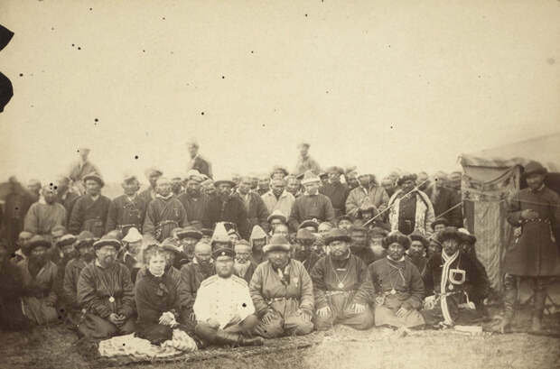 Группа киргизов позирует с местным русским начальником перед юртой путешественник, россия