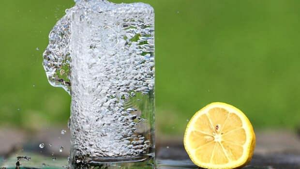 Воду назвали лучшим напитком для утоления жажды в жару