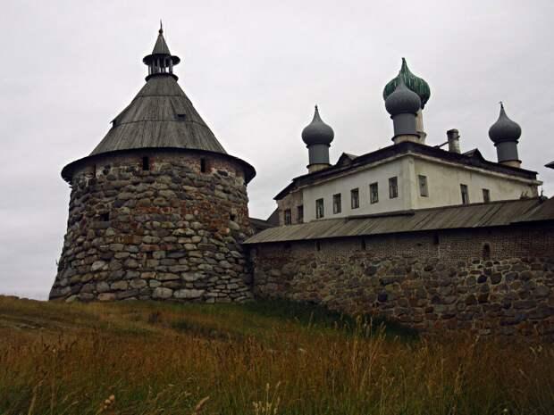 Древний Соловецкий монастырь с богатой историей.