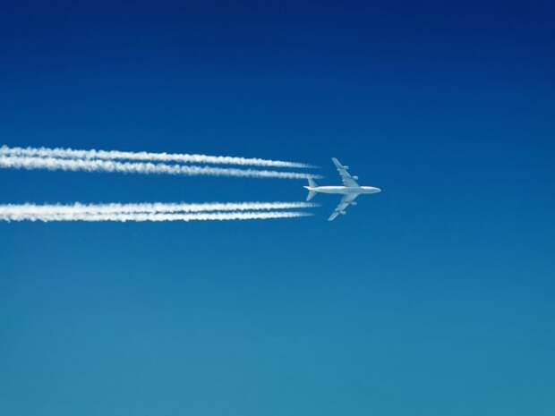 Что за белые полосы оставляют в небе самолёты?
