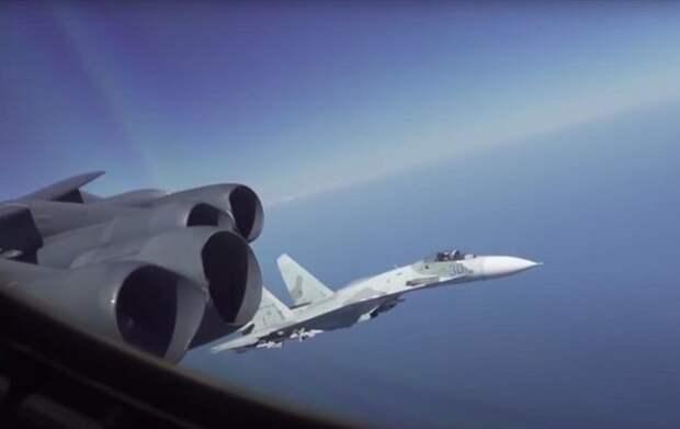 Су-27 перехватил самолет США: появилось видео