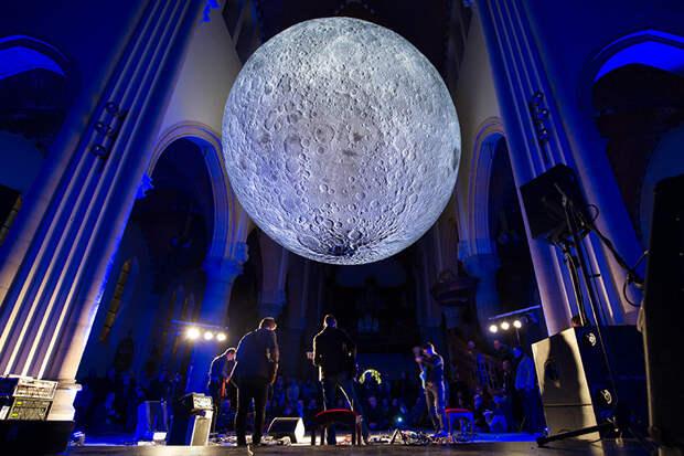 Художник создал точную семиметровую копию Луны