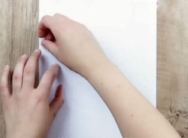 Возьми небольшой лист вощеной бумаги и прикрепи его к листу обычной бумаги с помощью скотча.