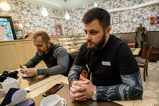 Шахтер Александр Македонский (справа), контакт которого подсказали на «Воркутаугле», пришел на встречу с другом. После смены, по рассказам мужчины, он занимается своим делом — массажем