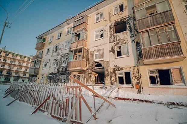Часть домов люди покидают из-за того, что они начинают разрушаться. Вот эта четырехэтажка, как заверил общественник Жарук, до выезда последнего жителя была включена в программу капремонта.