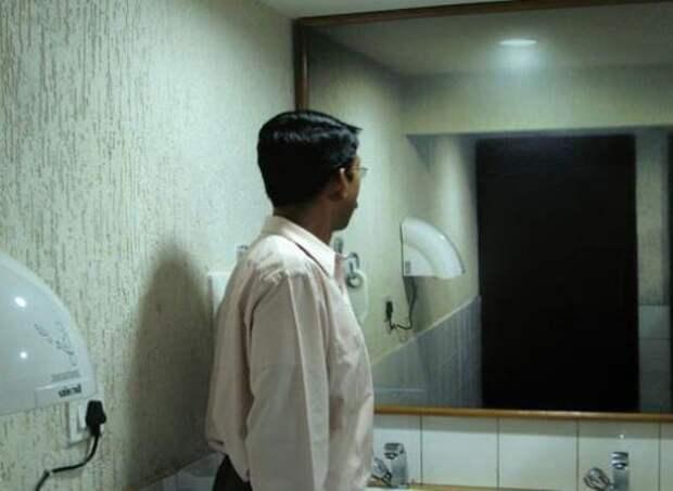На видео попал уникальный человек, который не отражается в зеркале