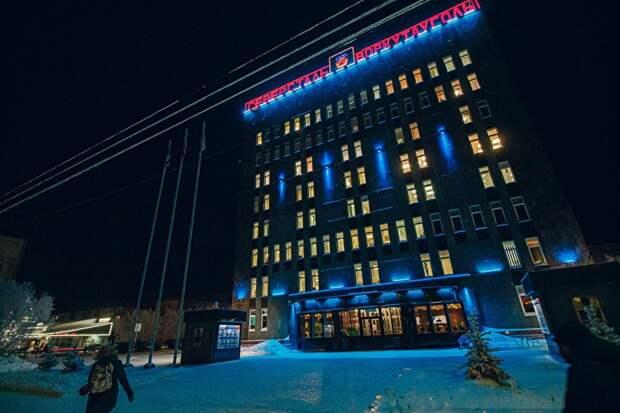 В здании «Воркутаугля» заняты все девять этажей. Отсюда координируется работа шахт. Чтобы войти внутрь, нужно пройти тестирование на алкогольное опьянение