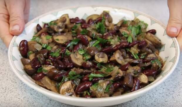 Постный салат с грибами и фасолью