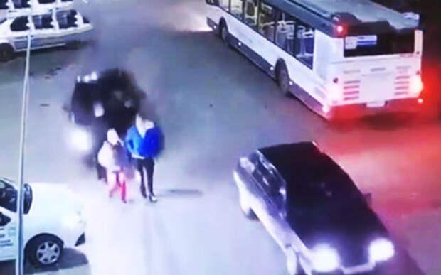 Девушка-новичок сбила троих подростков, перепутав газ с тормозом