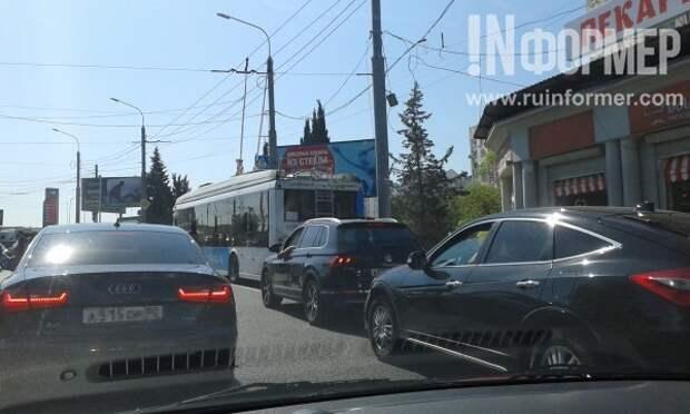 Севастополь стоит!