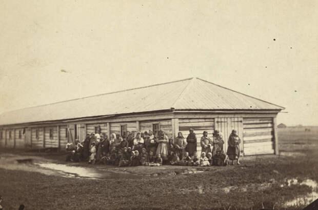 Группа каторжанок с детьми стоят перед бараком путешественник, россия