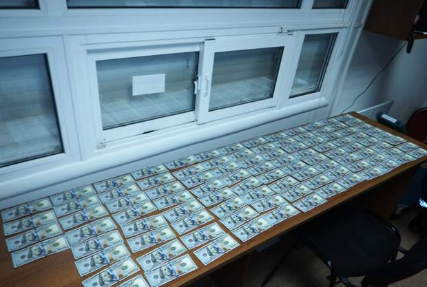 Из Крыма на Украину пытались незаконно  ввезти 10 тысяч долларов