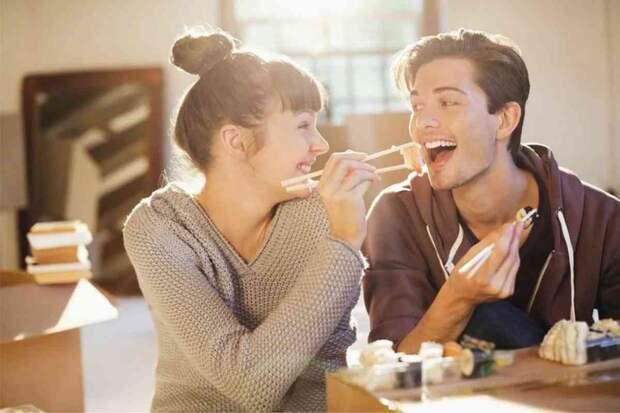 Семья ест картошку, а дочь с зятем за закрытой дверью – черешню и деликатесы