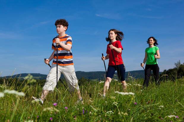 Для ходьбы с палками нет ограничений по возрасту, просто для детей выпускают специальные детские палки