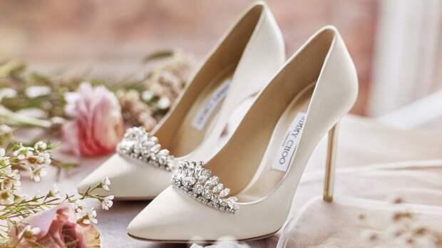 Туфли со сверкающей отделкой. /Фото: imagecorp.ru