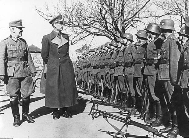 Генерал Власов с солдатами Русской освободительной армии (РОА).