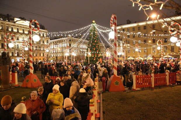 Петербуржцы скучают и толпятся на Рождественской ярмарке из-за запретов Елина