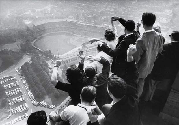 Студенты Питтсбургского университета смотрят, как команда их города впервые за 35 лет выигрывает бейсбольную Мировую серию, 13 октября 1960 года.