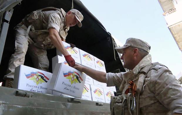 Российские военные доставили гуманитарную помощь соотечественникам в Сирии