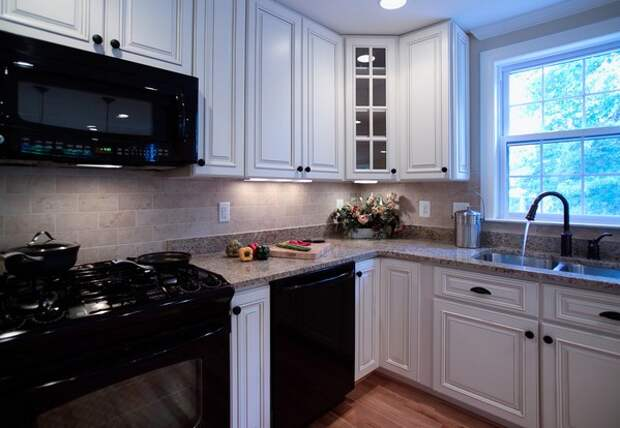 черная техника на классической кухне