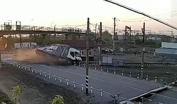 Фура чуть неугодила под поезд иснесла железнодорожный пост под Богдановичем