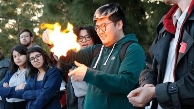 Сжигание счёта на оплату кредита во время акции протеста 12 февраля 2020 года
