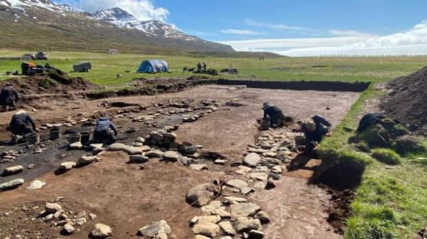 Самые последние из найденных длинных домов поселений викингов содержат невероятно ценный и самый древний тайник артефактов, когда-либо найденных доселе в Исландии.