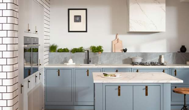 белая столешница для кухни серо-голубого цвета