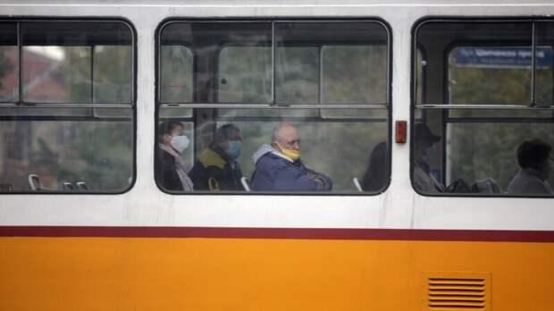 В Кузбассе пассажир трамвая погиб после того, как его вытолкали на улицу