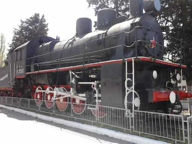 Вспомогательный паровоз серии Э сегодня - часть мемориала, посвящённого   «Зелёному призраку». /Фото: livejournal.com