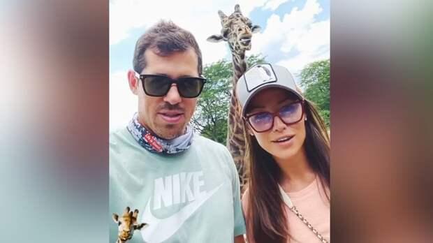 Семья Малкина побывала в зоопарке: жена хоккеиста покормила дикобраза, а сам он подержал питона на шее. Видео