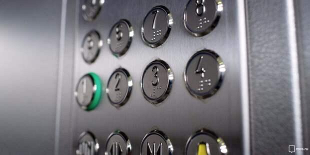 Коммунальщики стерли следы граффити в лифте на Синявинской