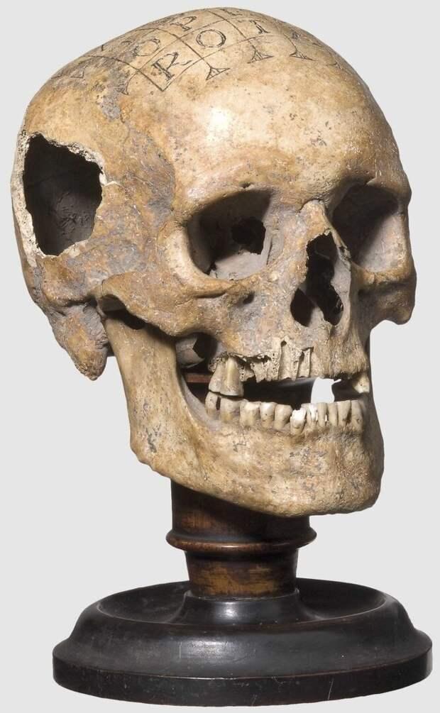 """Человеческий череп с надписью """"Sator arepo tenet opera rotas"""". Германия, XVI-XVII век."""