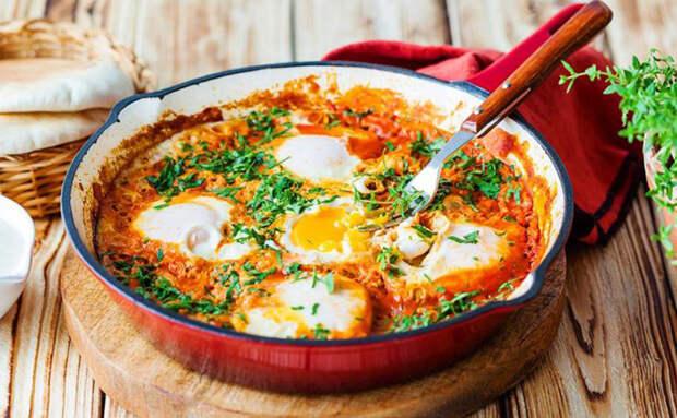 Режем овощи как на салат, но потом их не заправляем в тарелке, а жарим с яйцами. Рецепт из Марокко