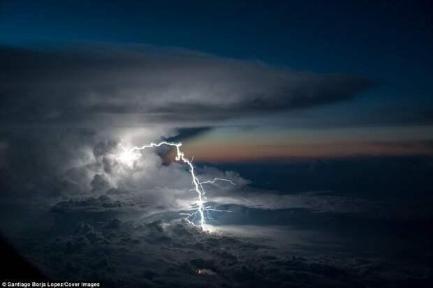 Почему всегда стоит брать место у окна в самолёте: пилот сфотографировал невероятно зрелищную грозу над Амазонией