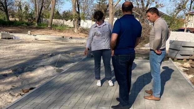Глава администрации Кировского района Елена Янчукова посетила объект благоустройства общественного пространства - городской парк по улице Ленина