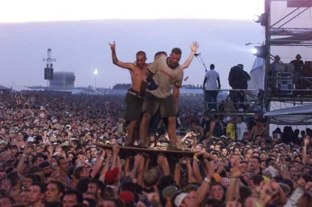 """Традиционно на фестивале провозглашаются идеалы """"мира и любви"""", но в тот раз всё закончилось печально 90-е, Вспомним, Фестиваль, вудсток, музыка, рок, трэш, фото"""