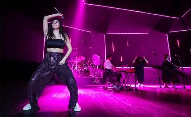 На фото: певица Manizha (Манижа Сангин) во время выступления