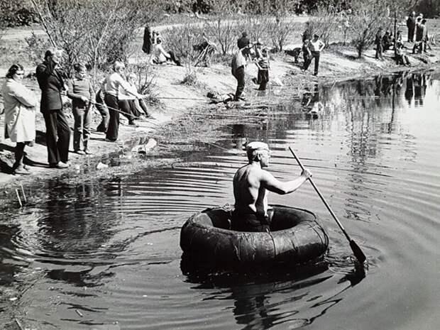 Капитан недальнего плавания. Апрель 1977 года, Измайловский парк, Москва. Ретро-фото В. Златомрежев